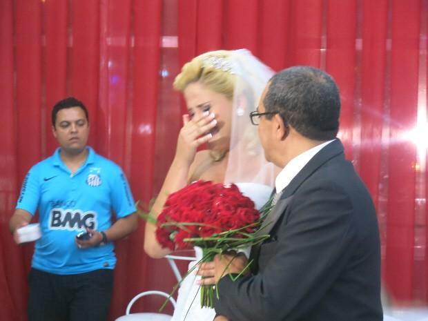 Ao saber da surpresa, Larissa se emocionou bastante (Foto: Rodrigo Martins/ G1)