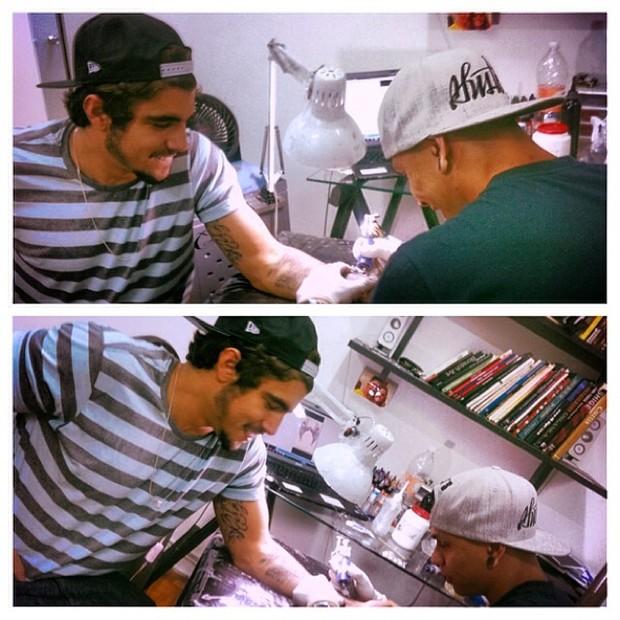 Caio Castro tatuando (Foto: Reprodução/ Instagram)
