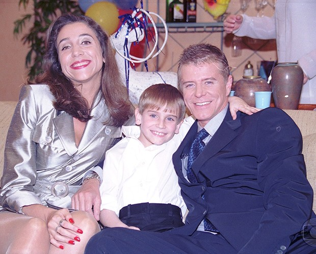 Lucas Hornos com os seus pais da ficção: Caco Antibes (Miguel Falabella) e da Magda (Marisa Orth) (Foto: CEDOC / TV Globo)