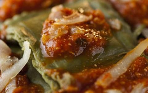 Ravióli de espinafre com ricota em dobro: no recheio e no molho