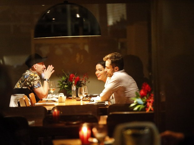 Paulo Gustavo com o namorado, Thales Bretas, e Anitta em restaurante na Zona Sul do Rio (Foto: Ag. News)