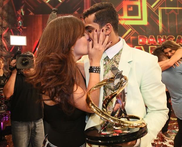 Marcelo Melo Jr. ganha um beijão da namorada após conquista (Foto: Carol Caminha/Gshow)