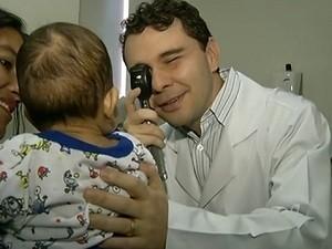 Bebê foi submetido a transplante raro em córneas (Foto: Reprodução/TV Anhanguera)