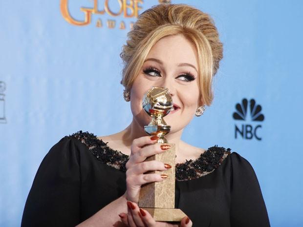 Adele mostra o Globo de Ouro que ganhou pela música 'Skyfall', do novo 007 (Foto: Lucy Nicholson/Reuters)