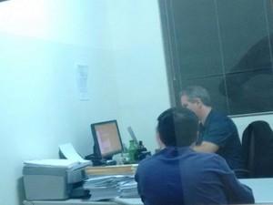 Padre prestou depoimento e, seguida, foi liberado. (Foto: Thaís Andrioli/TV TEM)