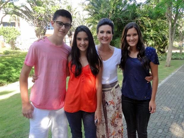 Fátima Bernardes ficou superfeliz com a visita dos filhos (Foto: Encontro com Fátima Bernardes/TV Globo)