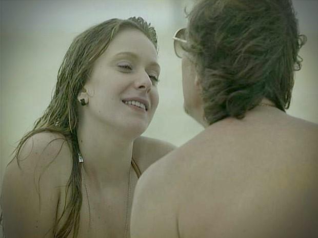 Begônia deixa escapar que vai ao banco com Nina (Foto: Avenida Brasil/TV Globo)