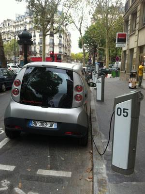 Compartilhamento de carros em Paris utiliza veículos elétricos e tem parceria com a prefeitura da cidade (Foto: Priscila Dal Poggetto/G1)
