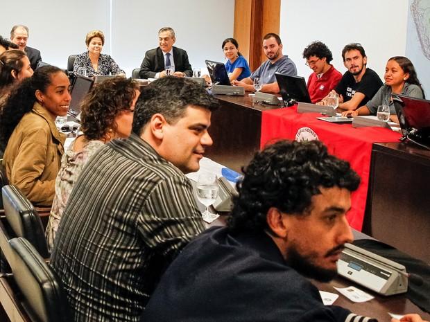A presidente Dilma Rousseff recebeu nesta sexta-feira representantes de movimentos de jovens (Foto: Roberto Stuckert Filho/PR)