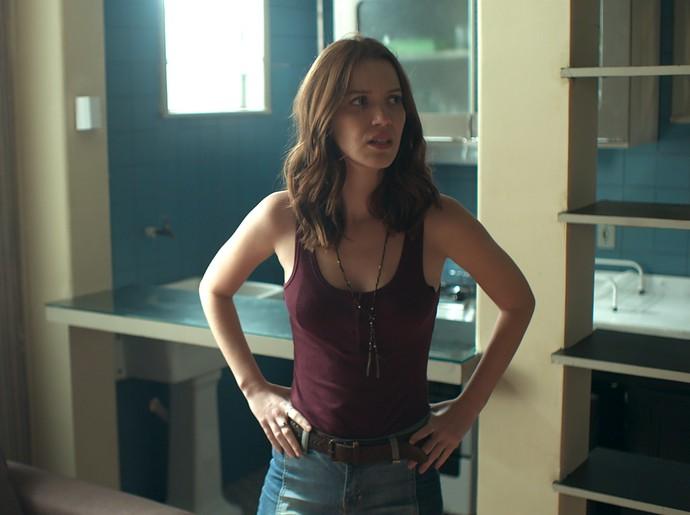 Júlia procura provas no apartamento de Alex (Foto: TV Globo)