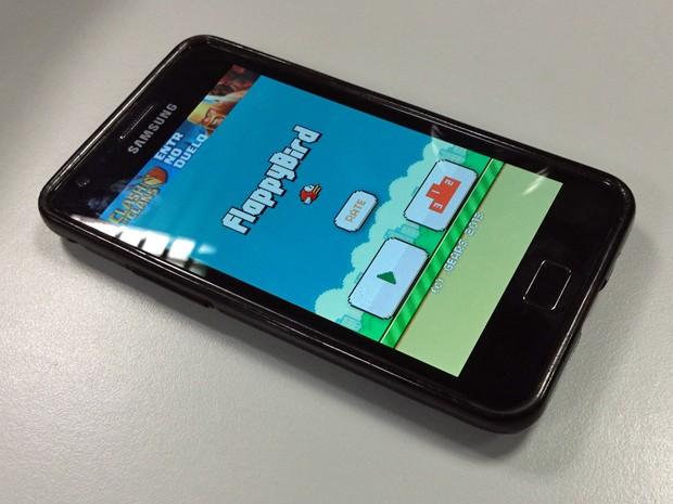 'Flappy Bird' ainda pode ser jogado por usuários que baixaram o jogo antes de ele ser retirado do ar (Foto: Bruno Araujo/G1)