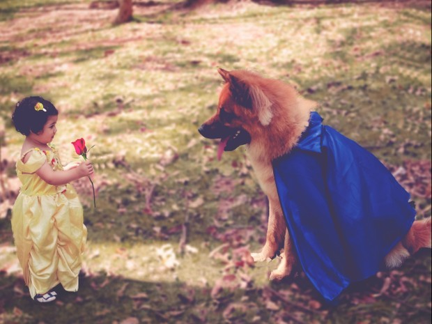 """Rafa e Thor em """"A Bela e A Fera"""". Curiosidade: a flor na mãe da menina foi acrescentada na edição de imagem - na verdade, Rafa segurava um chocalho pra se distrair (Foto: Foto: Vivian Rodrigues/Divulgação)"""