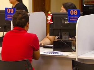 Pessoa em busca de vagas no CPAT, o balcão de emprego da prefeitura de Campinas (Foto: Reprodução / EPTV)