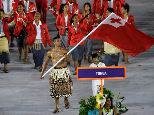 Atleta de Tonga chamou a atenção por desfilar besuntado com óleo de coco na abertura da Olimpíada (Foto: Matt Slocum/AP)