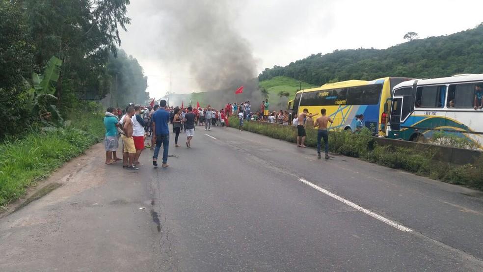 Em Moreno, no distrito de Bonança, manifestantes interditaram trecho da BR-232 (Foto: Polícia Rodoviária Federal/Divulgação)