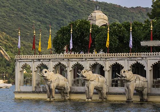 Em uma segunda ilha do lago Pichola, uma das entradas do antigo palácio Jag Mandir, com enormes elefantes esculpidos (Foto: © Haroldo Castro/Época)