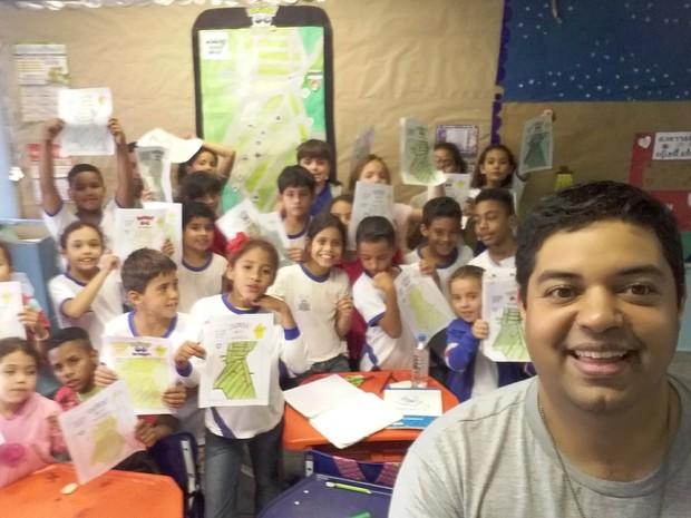 Leandro Ferreira com os alunos em sala de aula (Foto: Divulgação)