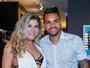 Dani Souza deixa sutiã à mostra em evento com Dentinho e Mirella Santos