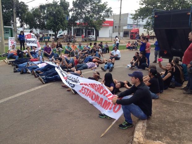 Manifestantes deitaram no asfalto para impedir a passagem de veículos (Foto: Priscilla Lima/TV Anhanguera)