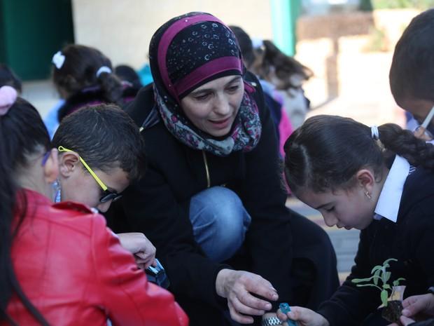 A palestina em seu trabalho, onde usa o método de ensinar por meio de jogos (Foto: Kamal Azraq)