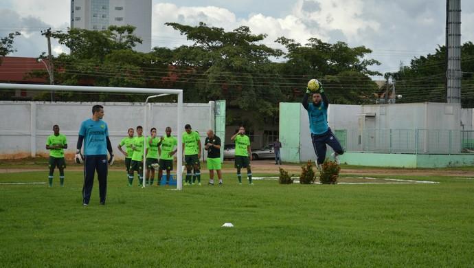 Goleiro do Cuiabá faz treinamento antes de jogo contra Rondoniense (Foto: Jheniffer Núbia/ Globo Esporte)
