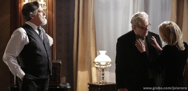 Iolanda se rende às garras de Ernest e diz que ficará ao lado do marido (Foto: Fábio Rocha/ TV Globo)