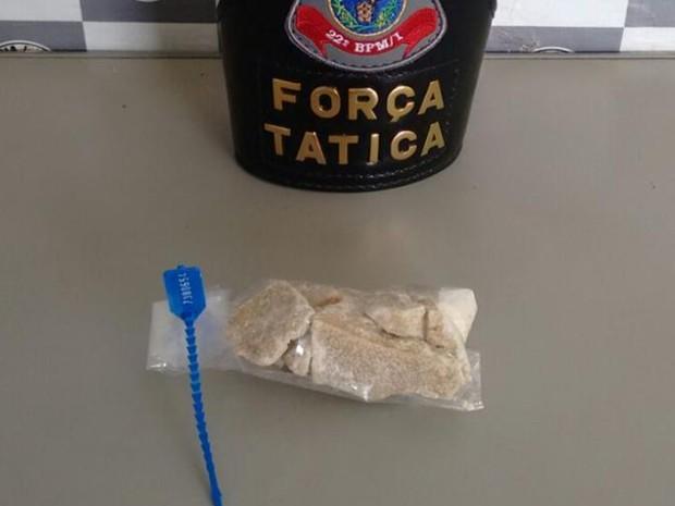 Pedras de crack estavam em saco plástico dentro do ânus de jovem (Foto: Divulgação/ PM Tatuí)
