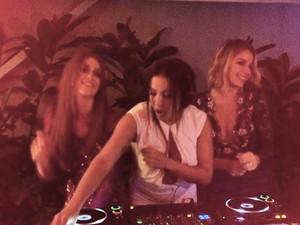 Anitta toca como DJ na festa de Marina Ruy Barbosa e Luma Costa (Foto: reprodução/instagram)