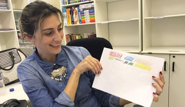 Juíza Lívia Borges Zwetsch mostra o desenho que ela recebeu de uma das meninas que passaram pela Casa Lar (Foto: Reprodução Revista w3)