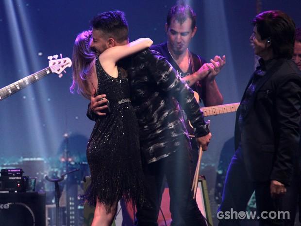 Sandy ganha um abraço apertado do irmão Junior (Foto: TV Globo/Altas Horas)
