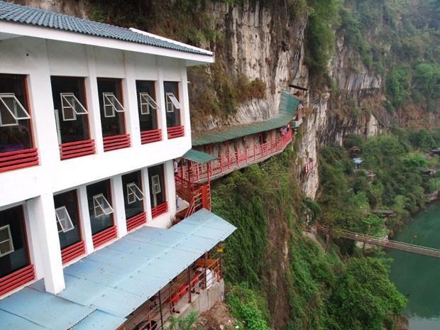 O restaurante fica na parede da rocha (Foto: Han Yuhong / Imaginechina/ AFP)