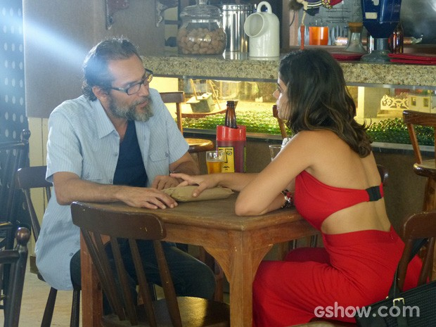 Aline mostra que tem mais capangas do que parece (Foto: Amor à Vida/TV Globo)