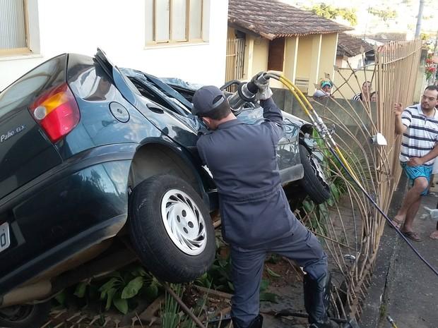 Carro invade casa em Oliveira (Foto: Marcelo Praxedes/ Rádio Sociedade)