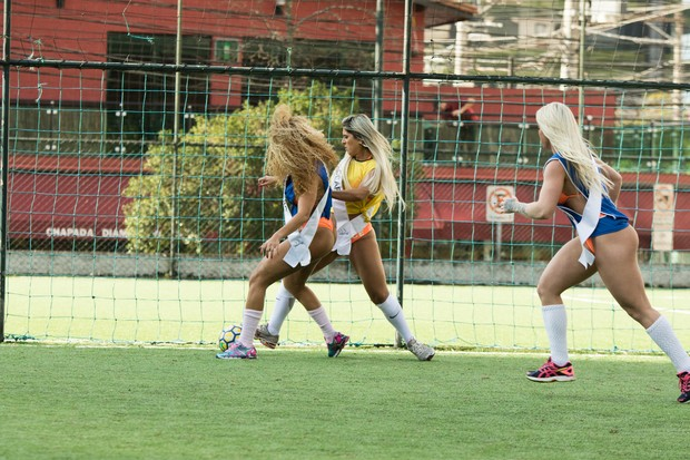 Candidatas ao Miss Bmbum jogando futebol (Foto: Marcelo Brammer / Studio Brammer )