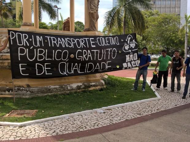 Ato público reuniu um grupo de pessoas na Praça Fausto Cardoso (Foto: Denise Gomes/TV Sergipe)