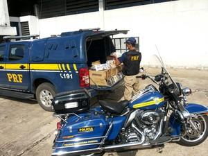CDs e DVDs são apreendidos na BR-040. (Foto: Polícia Rodoviária Federal / Divulgação)