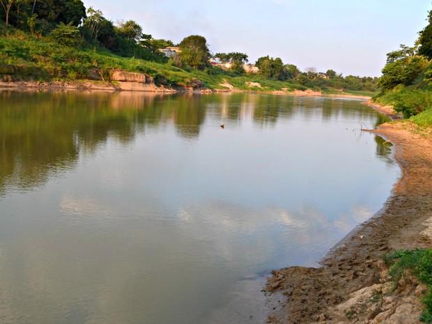 Rio Acre em Rio Branco já ultrapassou a menor marcar registrada e população enfrenta uma seca histórica (Foto: Aline Nascimento/G1)