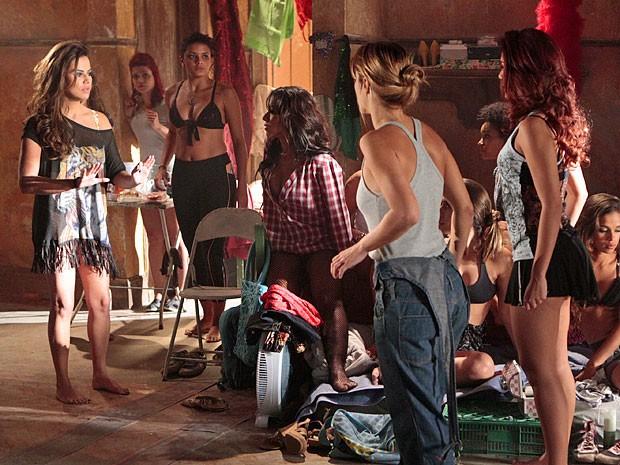 Waleska pede para as meninas terem calma e fugirem quando anoitecer (Foto: Salve Jorge/TV Globo)