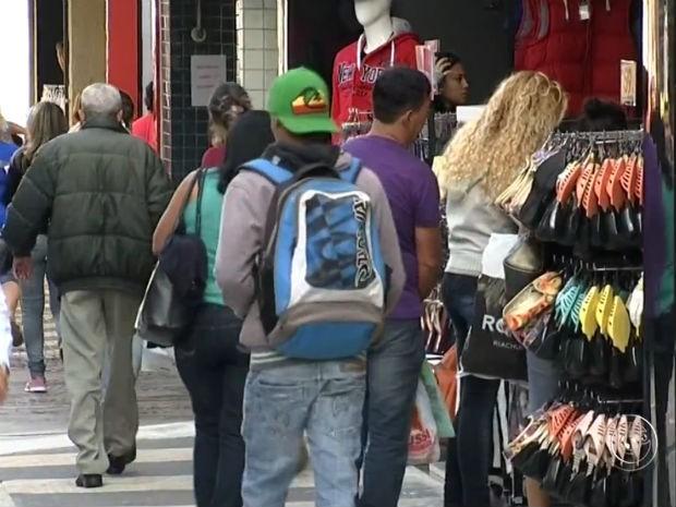 Queda de vendas causam reflexos e aumentam demissões no comércio e setor de serviços (Foto: Reprodução / TV Tem)