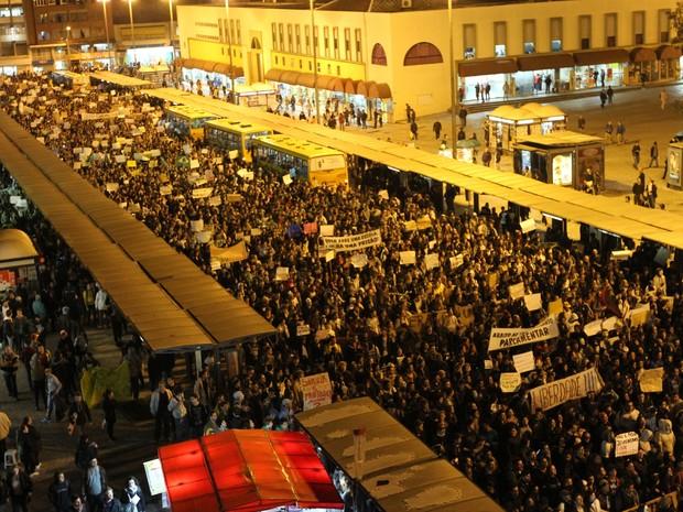 Manifestantes protestam contra o aumento da tarifa do transporte coletivo, em Curitiba (PR), nesta segunda-feira (17). (Foto: Franklin de Freitas/Estadão Conteúdo)