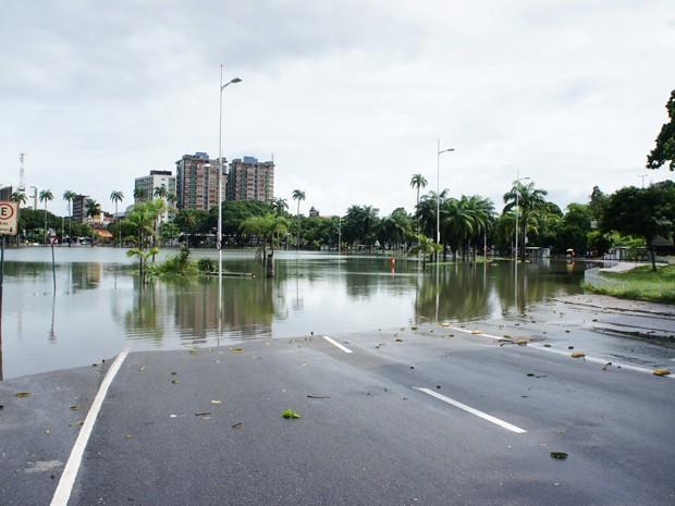 Lagoa amanheceu transbordada por conta das fortes chuvas (Foto: Daniel Peixoto/G1)