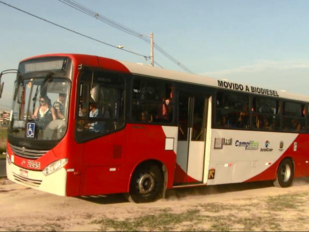Ônibus utiliza canteiro para cortar caminho em avenida de Campinas (SP) (Foto: Reprodução/ EPTV)
