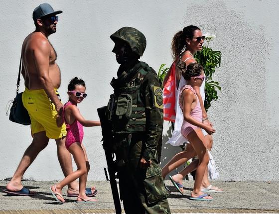 Turistas nas ruas de Natal policidas pelas Forças Armadas.É a terceira vez em dois anos que tropas federais são enciadas para conter a desordem no Rio Grande do Norte (Foto:  JOSEMAR GONCALVES/ÉPOCA)