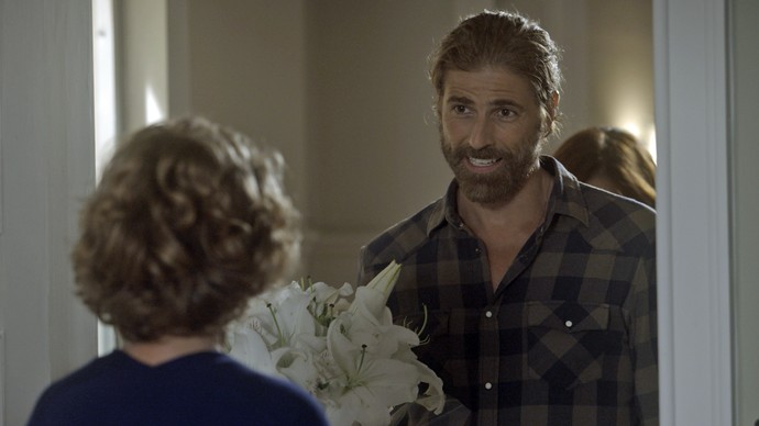 Pedro chega na casa de Silvia com Ana Luiza escondida (Foto: TV Globo)