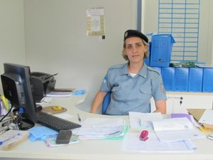 Juliana é formada em fisioterapia e está na polícia há pouco mais de um ano (Foto: Janaína Carvalho/G1)