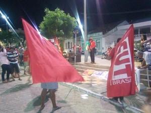 Manifestantes realizam ato em Guarabira (Foto: Volney Andrade/TV Cabo Branco)