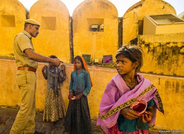 Das 200 mil fotos inscritas, 100 chegaram à final deste ano dos prêmios EyeEm, uma plataforma de fotografia. Entre elas está esta, tirada por Julian Li, de um grupo de meninas em Jaipur, Índia, vendendo 'bindis', apetrecho tradicional que as mulheres usam na testa em vários países asiáticos (Foto: @julianli/EyeEm)
