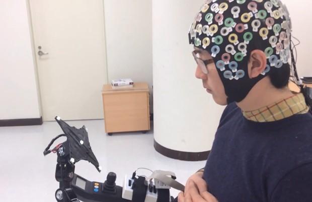 Voluntário opera exoesqueleto controlado pelo cérebro desenvolvido por cientistas da Coreia e da Alemanha (Foto: Korea University/TU Berlin)