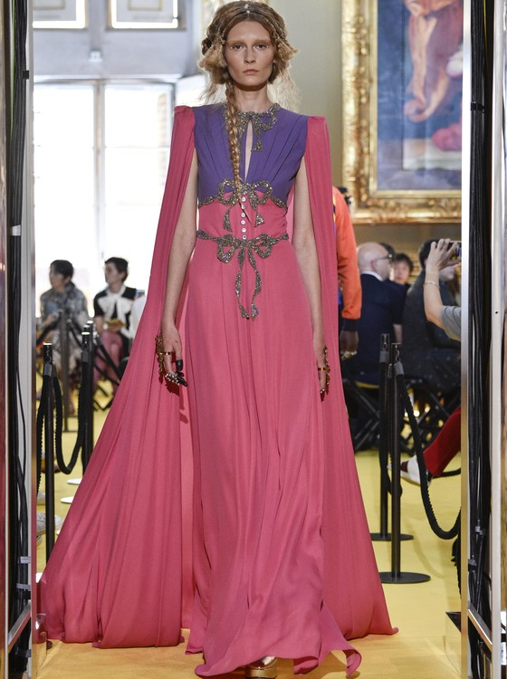 Roupas extravagantes da Gucci, na contramão do minimalismo da concorrência (Foto: Getty Image)