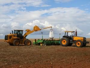 Abastecimento de sementes de soja em plantadeira em Mato Grosso (Foto: Amanda Sampaio/G1 MT)